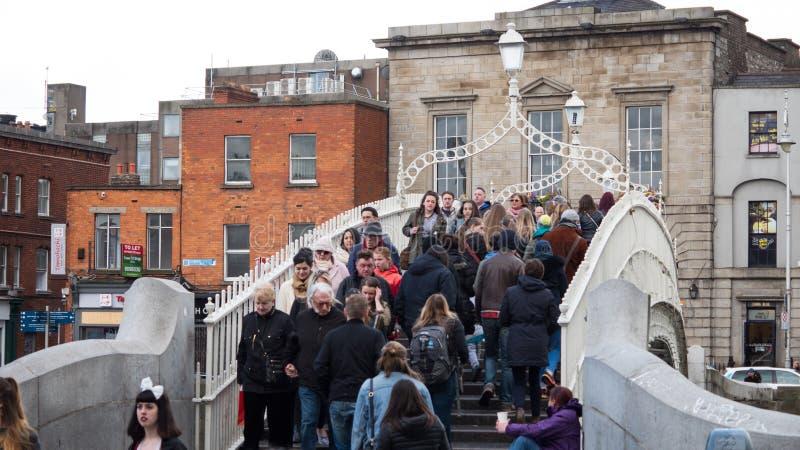 Ha `便士桥梁的人们在利菲河在都伯林,爱尔兰 免版税库存照片