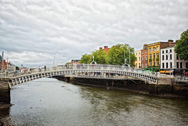 Ha `便士桥梁 正式Liffey桥梁,是在利菲河的5月修筑的一座步行桥1816在都伯林 8月25日 免版税库存图片