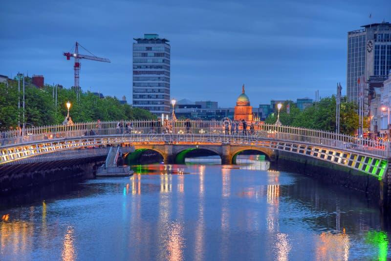 Ha `在利菲河的便士桥梁在都伯林,爱尔兰 库存照片