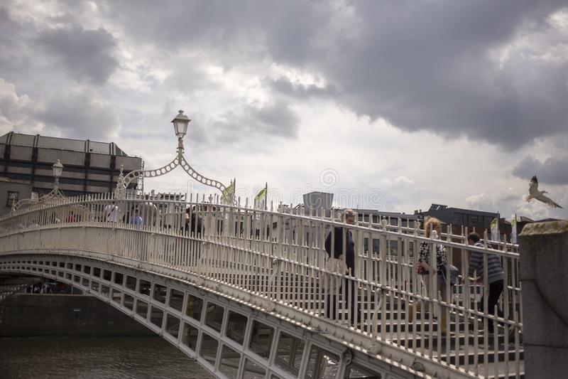 Ha `在Liffey河的便士桥梁在都伯林,爱尔兰 库存图片
