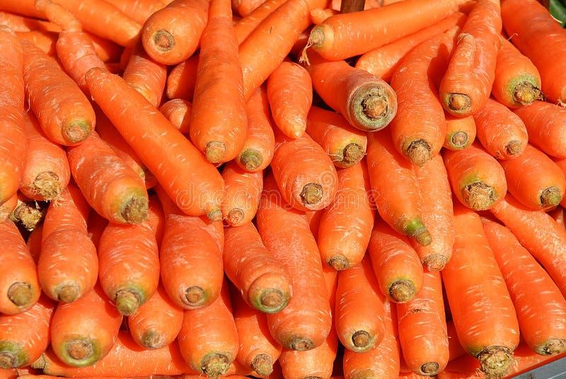 Ha accatastato molte carote sul banco immagini stock