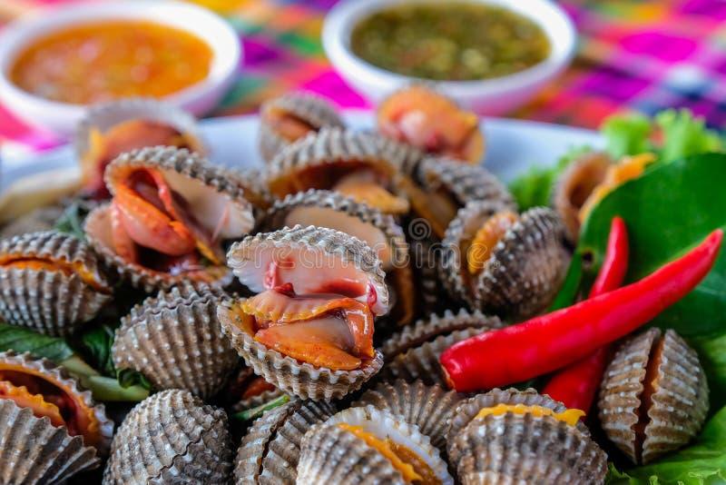 Ha bollito i cuori edule freschi sul servizio di verdure dei frutti di mare della lattuga immagini stock libere da diritti