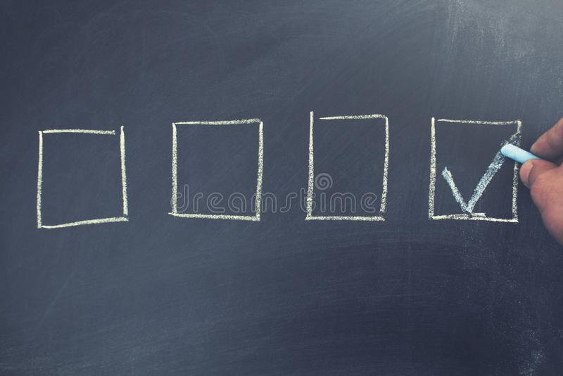 Ha controllato la scatola dal simbolo del segno di spunta sulla lavagna fotografia stock