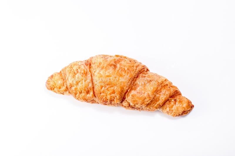 Ha cotto di recente i croissant freschi e saporiti del croissant, isolati su un fondo bianco immagine stock