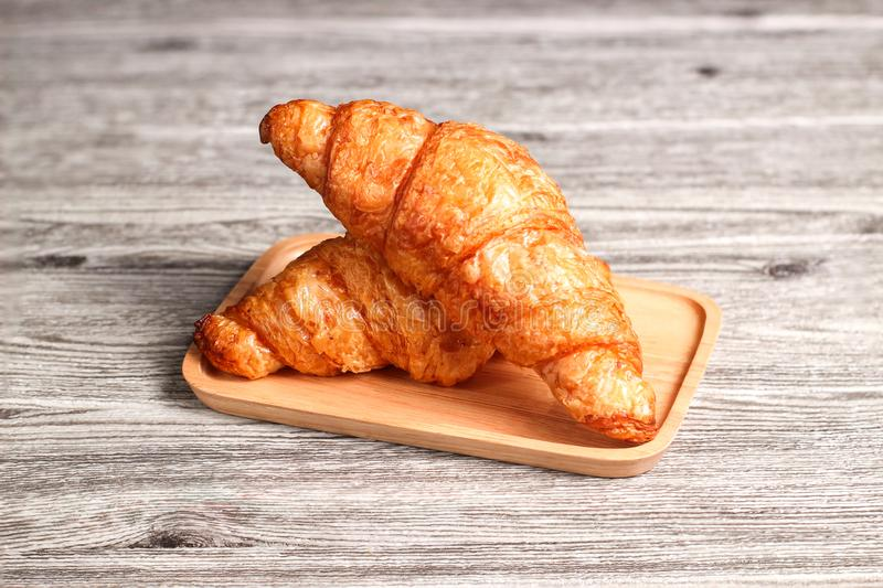Ha cotto di recente i croissant freschi e saporiti del croissant, isolati sul fondo di legno della tavola immagine stock libera da diritti