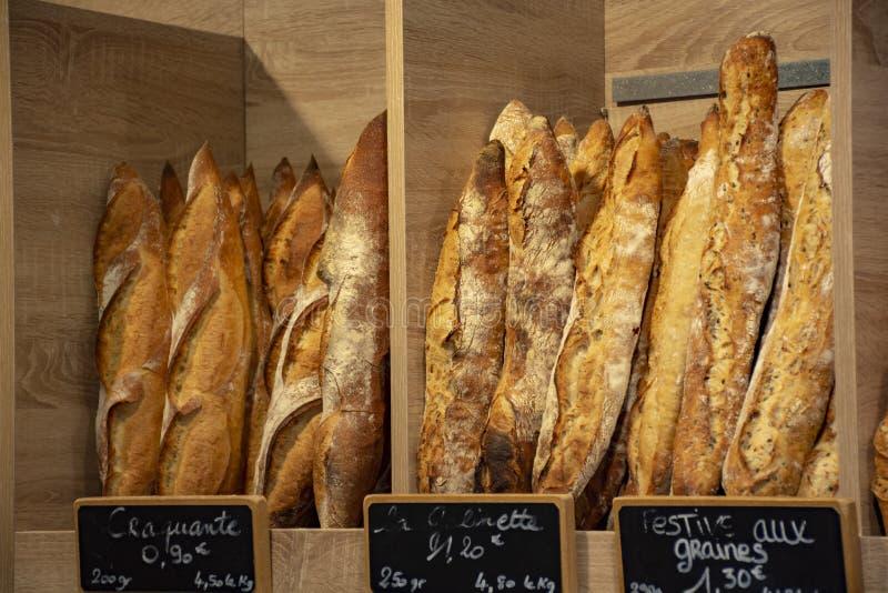 Ha cotto di recente le baguette ed il pane tradizionali in piccolo forno rustico in Provenza, a sud della Francia fotografia stock libera da diritti