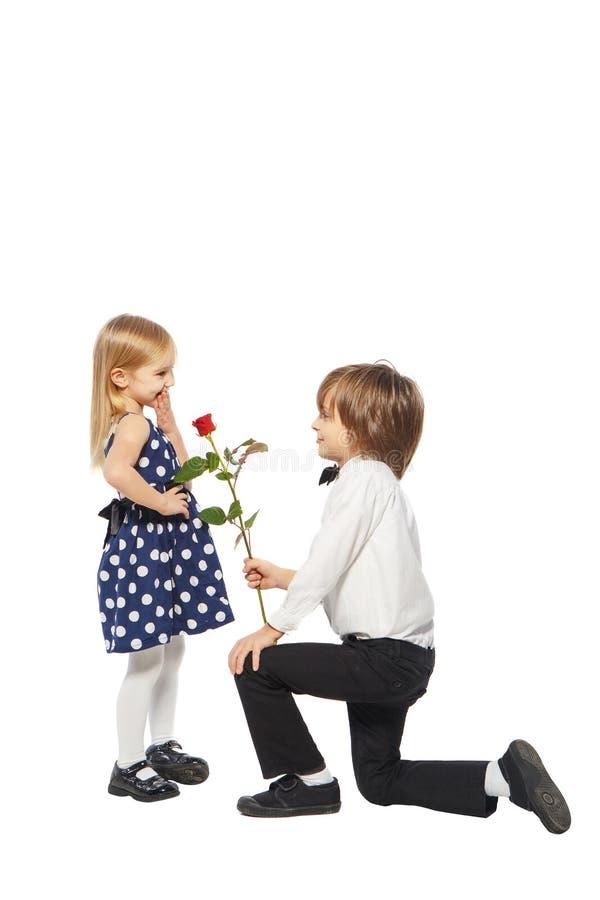 Ha dato una rosa alla ragazza fotografie stock libere da diritti