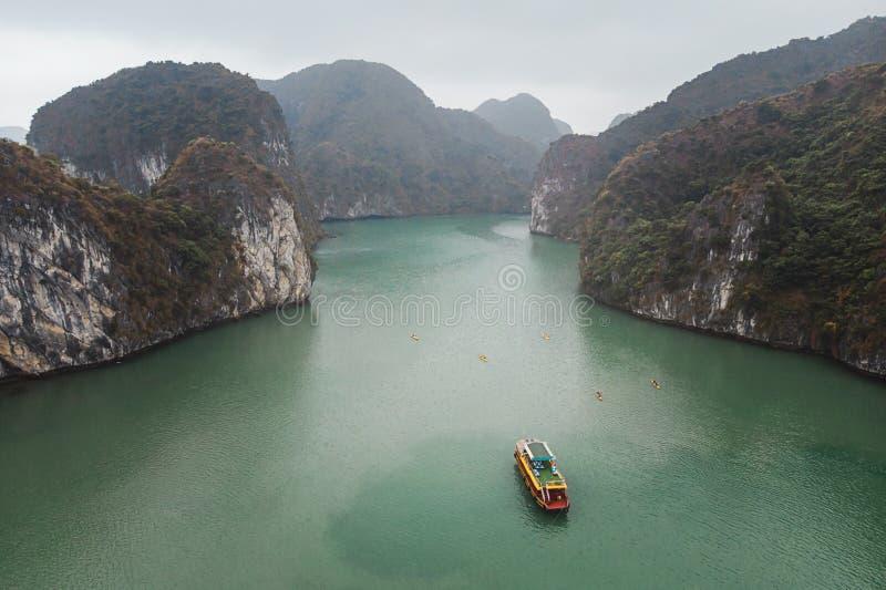 Ha de largo, Vietnam Una opinión escénica sobre un día de niebla de bahía larga de la ha y de islotes próximos vistos del top de  imágenes de archivo libres de regalías