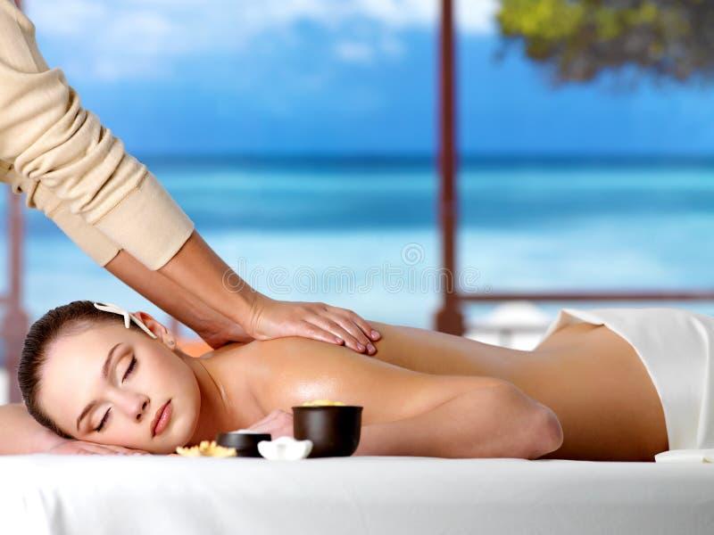 ha den avslappnande brunnsortkvinnan för massage arkivbilder