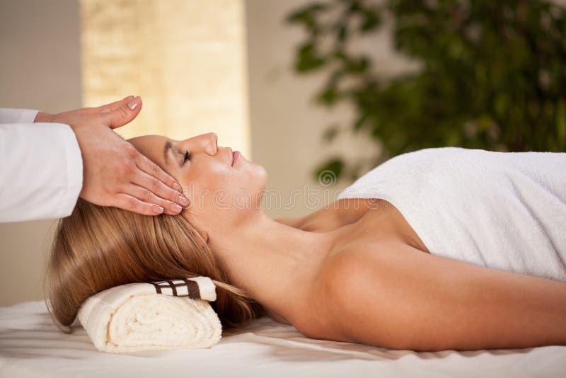 ha den head massagekvinnan royaltyfri bild