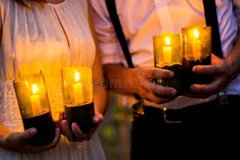 Ha detto sì storia di nozze Candele nella notte immagini stock