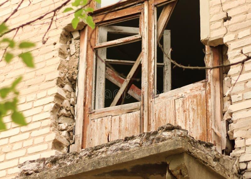 ha distrutto un vecchio balcone di un palazzo di mattoni a Donbass in Ucraina fotografia stock