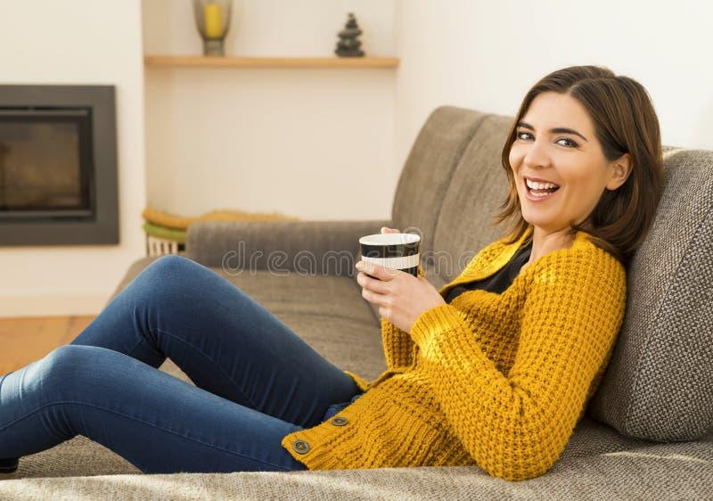 Ha en bra tid med ett kaffe royaltyfri fotografi
