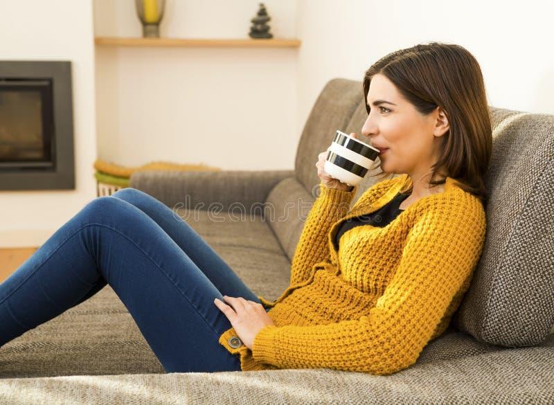 Ha en bra tid med ett kaffe royaltyfri foto