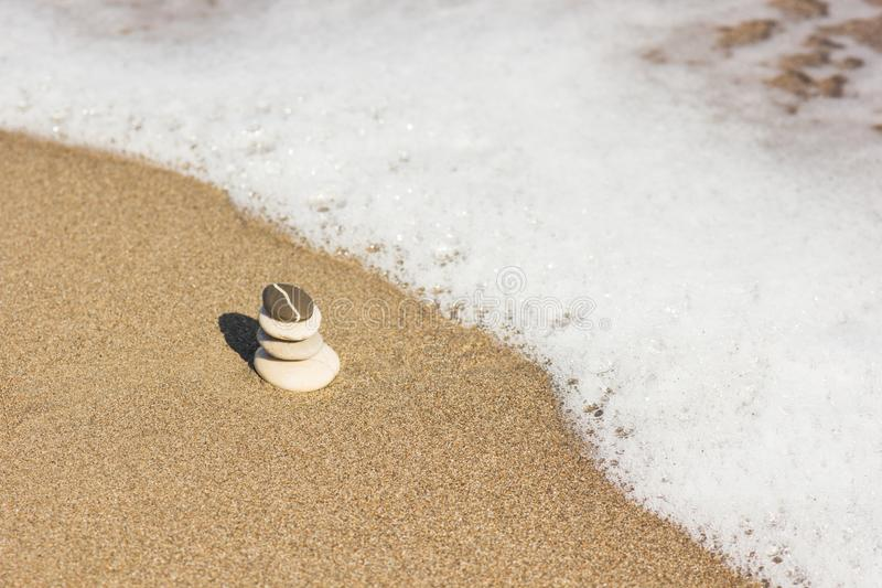 Download Ha Equilibrato Parecchie Pietre Di Zen Su Bello I Precedenti Della Spiaggia Immagine Stock - Immagine di cerchi, nessuno: 117977889