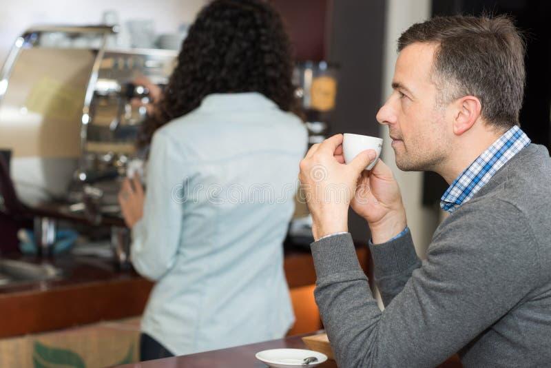 Ha ett kaffeavbrott arkivbild