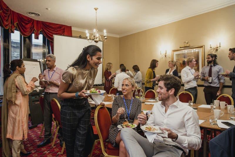 Ha ett lunchavbrott från konferensen royaltyfri bild