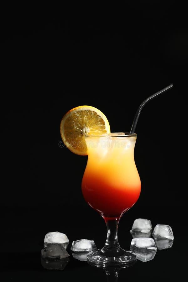 Ha fatto appena il sesso appetitoso del cocktail sulla spiaggia fotografia stock