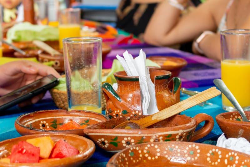 Ha frukosten i en mexikansk restaurang royaltyfri fotografi