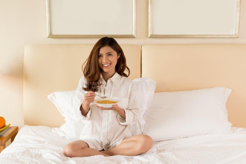 Ha frukosten på sovrummet royaltyfria bilder