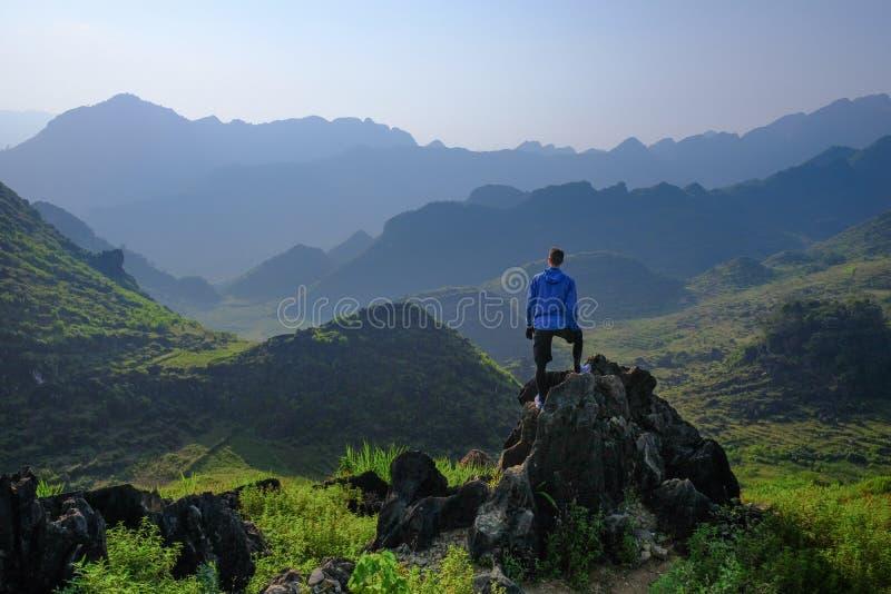 Ha Giang/Vietnam - 01/11/2017: Backpacker die zich op dagzomende aardlaag bevinden die karst berglandschap in het Noord- Vietname royalty-vrije stock foto's