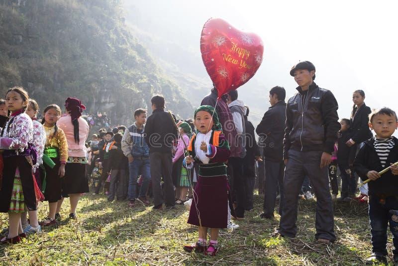 Ha Giang, Vietnam - 7 febbraio 2014: Il gruppo non identificato di bambini che indossano il nuovo anno tradizionale di Hmong copr fotografia stock libera da diritti