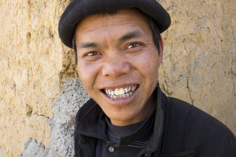 Ha Giang, Vietnam - 7 febbraio 2014: Il ritratto di un uomo di Hmong che sorride al turista il Hmong è un gruppo etnico asiatico  immagine stock libera da diritti