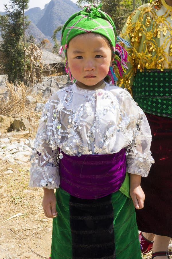 Ha Giang Vietnam - Februari 7, 2014: Stående av det oidentifierade Hmong barnet i Ha Giang Hmongen är en asiatisk folkgrupp från  royaltyfri fotografi