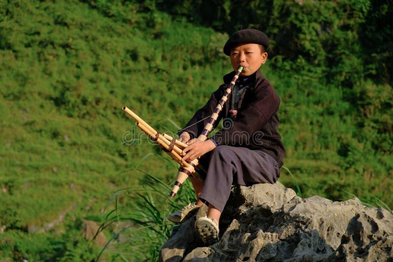 Ha Giang/Vietnam - 31/10/2017: Lokale Vietnamese jongen die een traditioneel instrument in het Noord- Vietnamese gebied van Ha Gi royalty-vrije stock fotografie