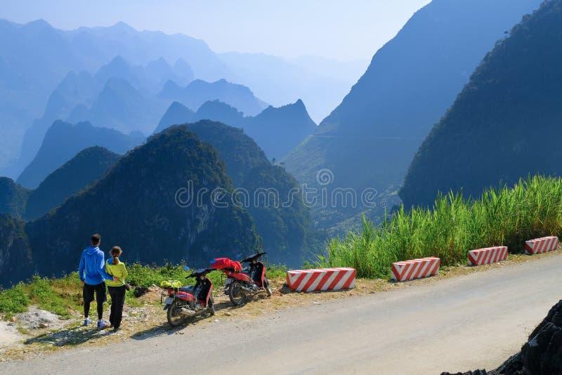 Ha Giang/Vietnam - 01/11/2017: Motorbikingsbackpackers bij het winden van wegen door valleien en karst berglandschap in het Noord royalty-vrije stock foto's