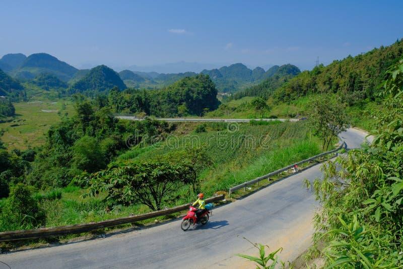 Ha Giang/Vietnam - 01/11/2017: Motorbikingsbackpackers bij het winden van wegen door valleien en karst berglandschap in het Noord royalty-vrije stock fotografie