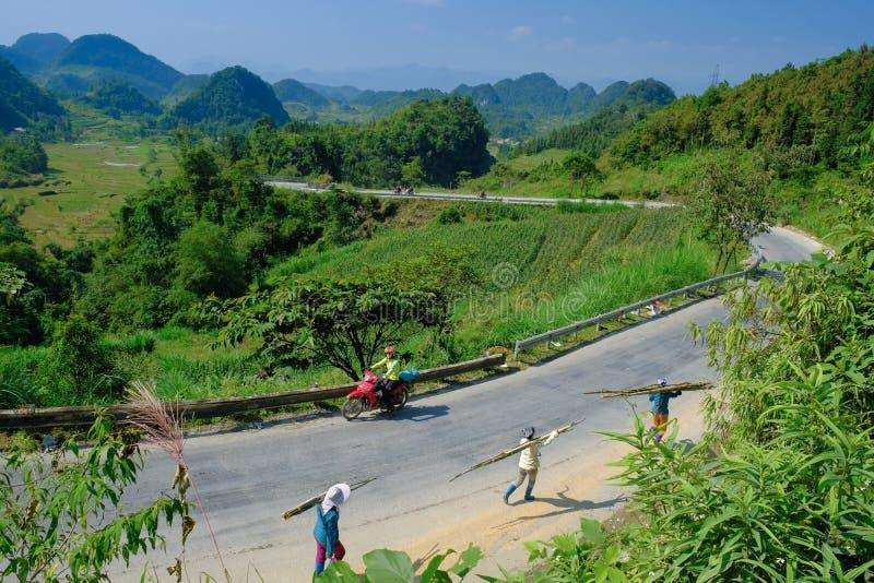 Ha Giang/Vietnam - 01/11/2017: Motorbikingsbackpackers bij het winden van wegen door valleien en karst berglandschap in het Noord royalty-vrije stock afbeelding