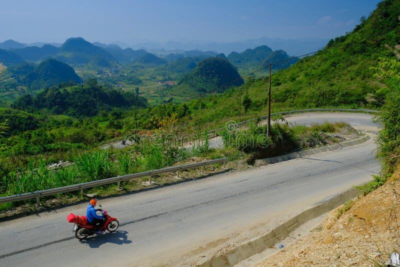 Ha Giang/Vietnam - 01/11/2017: Motorbikingsbackpackers bij het winden van wegen door valleien en karst berglandschap in het Noord stock afbeelding