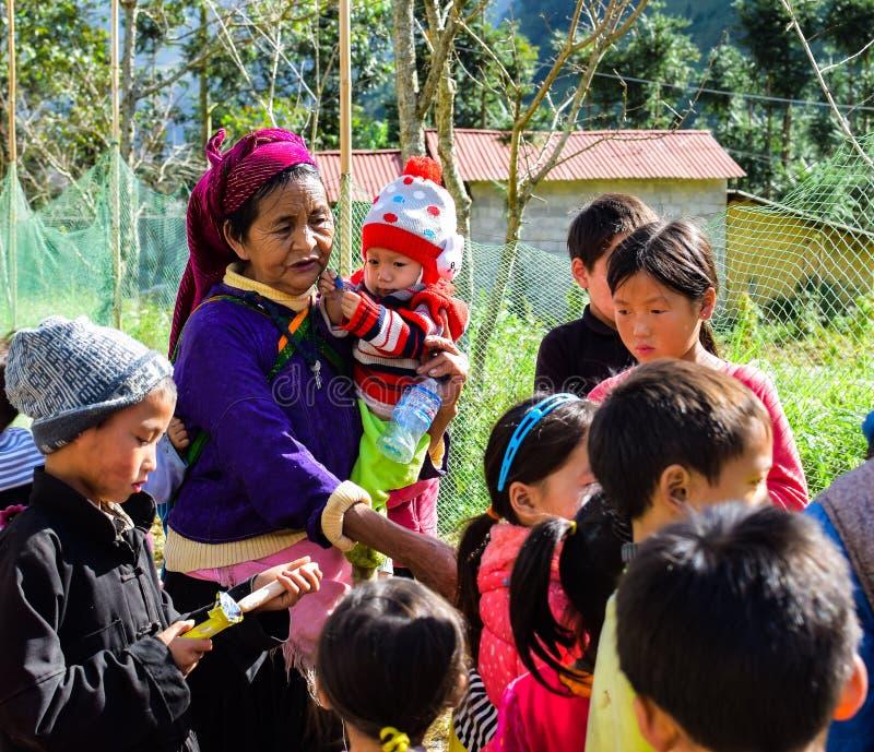 Ha Giang, Vietnam - 8 novembre 2018: Il gruppo non identificato di bambini che indossano il nuovo anno tradizionale di Hmong copr immagini stock