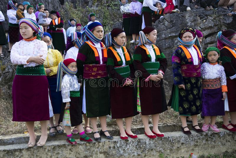 Ha Giang, Vietname - 7 de fevereiro de 2014: O grupo não identificado de artista de observação da minoria dos povos de Hmong a ex fotografia de stock