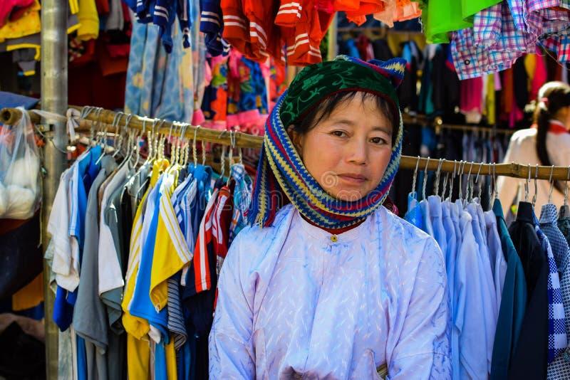 Ha Giang, Vietname - 8 de novembro de 2015: Meninas tradicionalmente vestidas não identificadas do tribo da minoria étnica de Hmo foto de stock royalty free