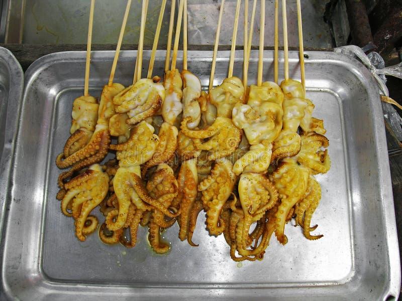 A14 ha grigliato i calamari da vendere il bottaio 2013 del ernie del copyright di Bangkok Tailandia del mercato di fine settimana immagini stock