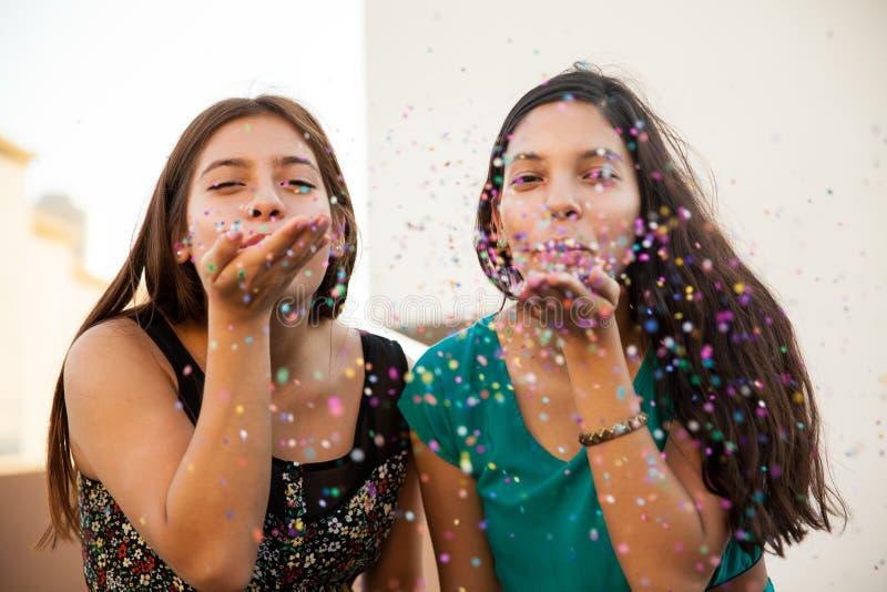 Ha gyckel med konfettier arkivbild