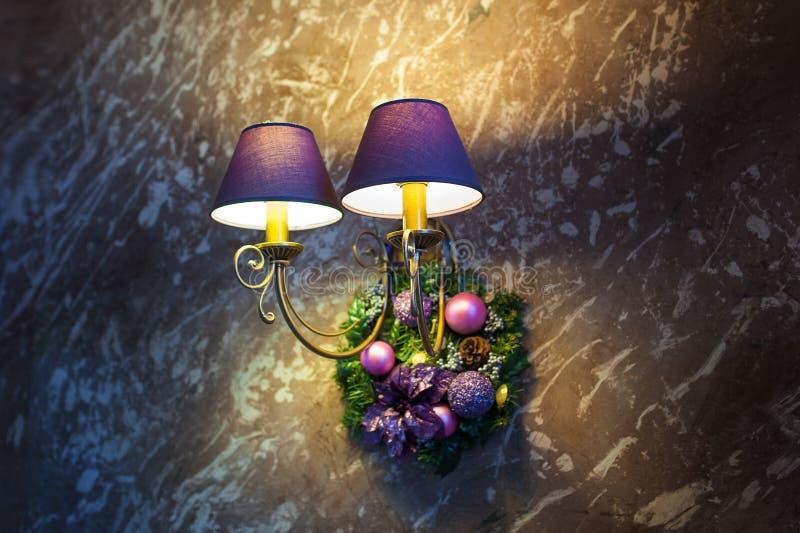 Ha incluso una bella lampada da parete e le decorazioni di Natale fotografie stock