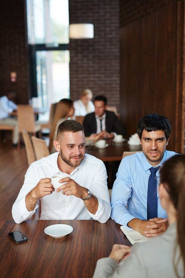 Ha Job Interview i kafé royaltyfria foton