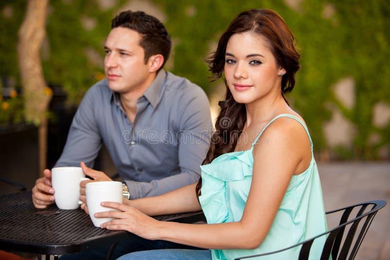 Ha kaffe på ett första datum royaltyfri fotografi
