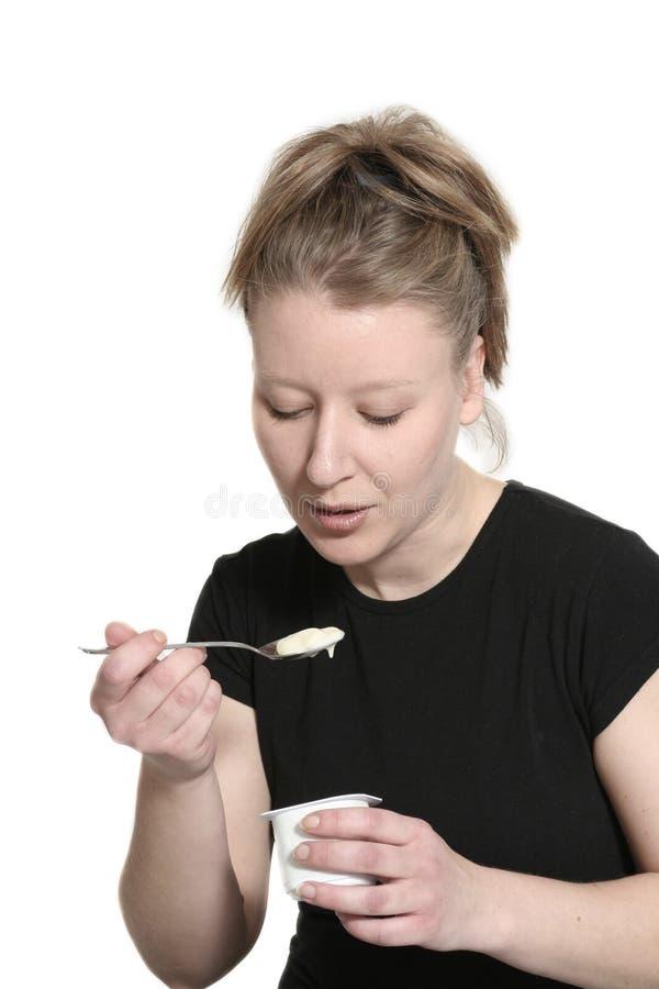 Download Ha kvinnayoghurt fotografering för bildbyråer. Bild av svälta - 503693