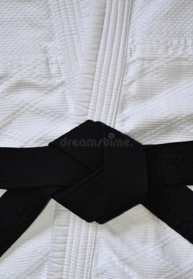 Ha legato correttamente la cintura nera, nodo piano fotografia stock libera da diritti