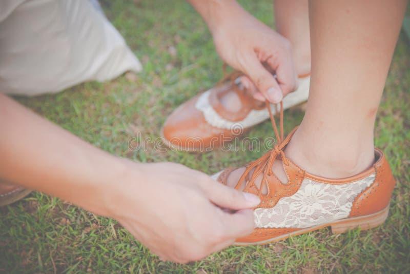 Ha legato le mie scarpe immagini stock