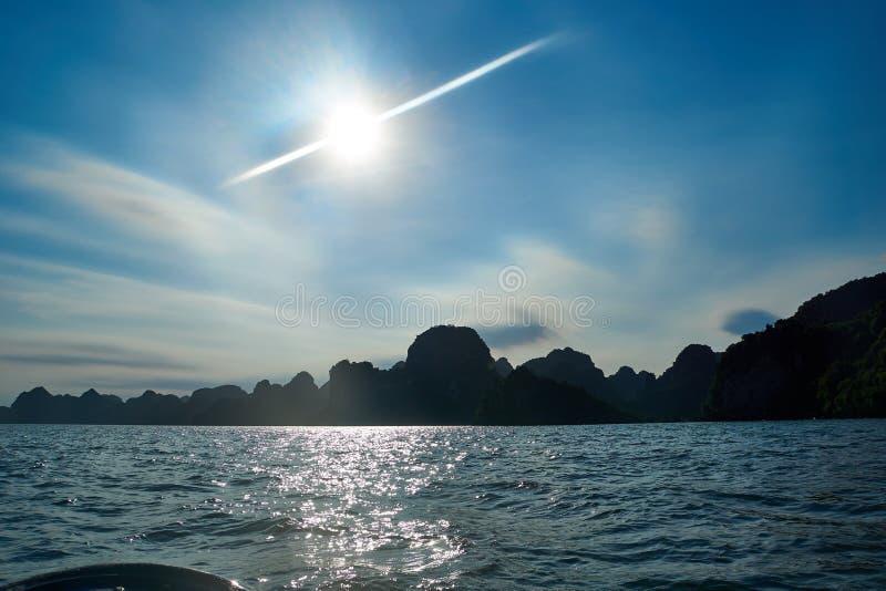 Ha Long Bay, Wietnam - 10 czerwca 2019: Wyświetl nad Ha Long Bay, Wietnam atrakcje turystyczne bardzo popularne w północnym Wietn fotografia stock