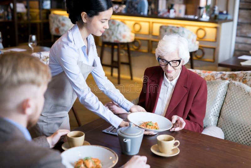 Ha lunch på kafét royaltyfria bilder