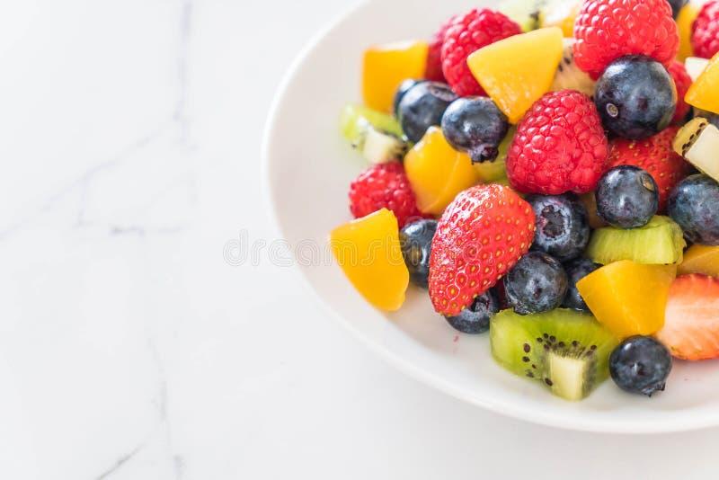 ha mescolato la frutta fresca (fragola, lampone, mirtillo, kiwi, mango fotografia stock libera da diritti