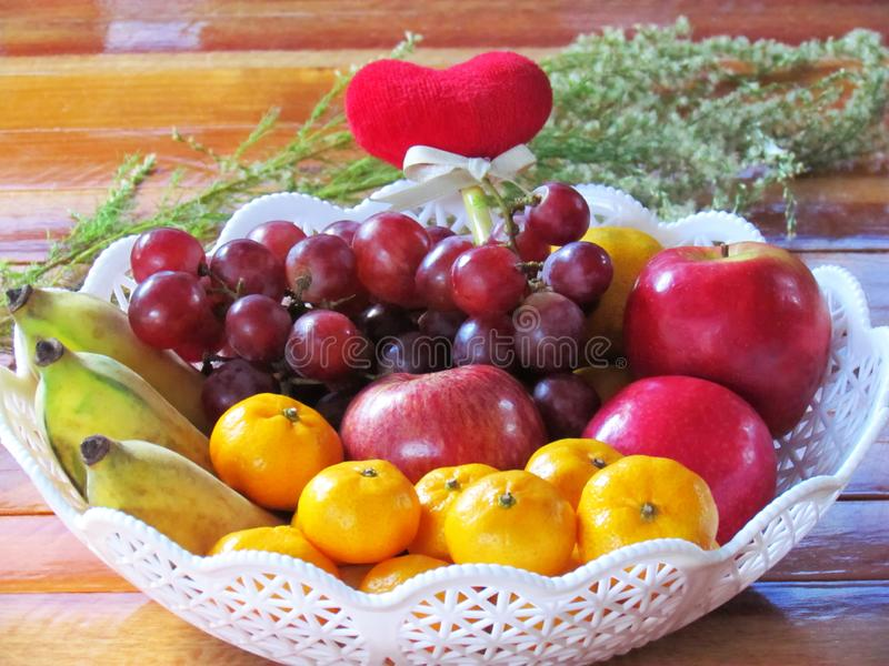 Ha mescolato la frutta fresca nel canestro sulla tavola di legno fotografia stock libera da diritti