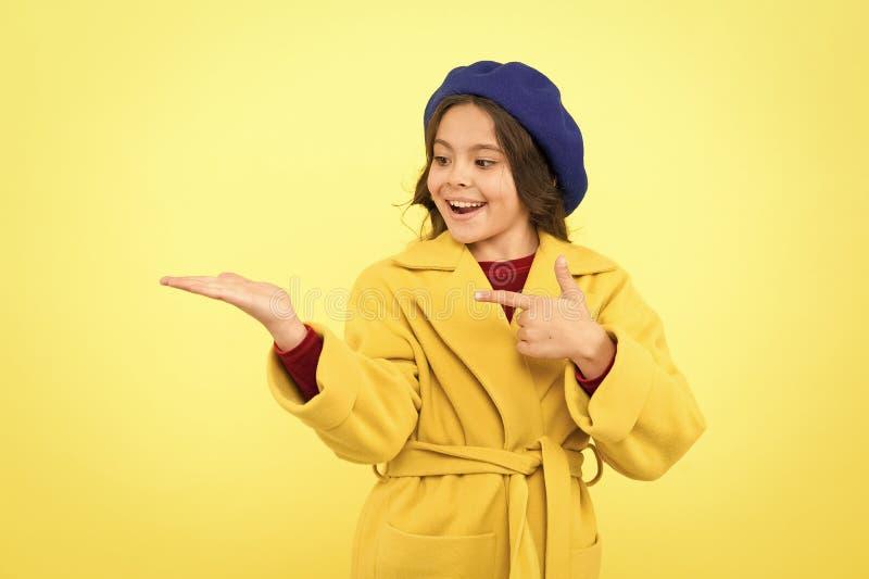 Ha ottenuto il grande stile infanzia e felicit? berretto francese di stile Ragazza parigina piccolo bambino a Parigi piccola raga immagini stock