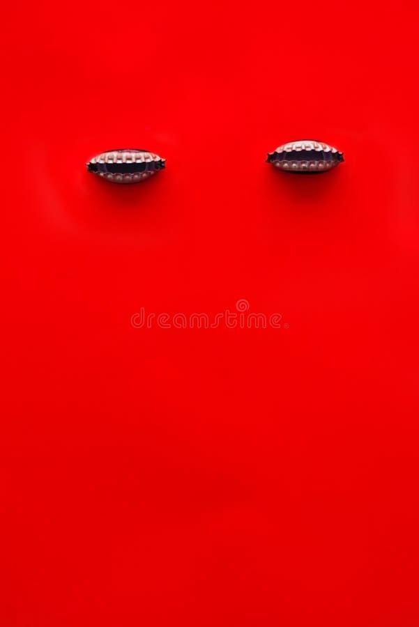 Ha piegato i cappucci della bottiglia di birra su fondo rosso fotografia stock